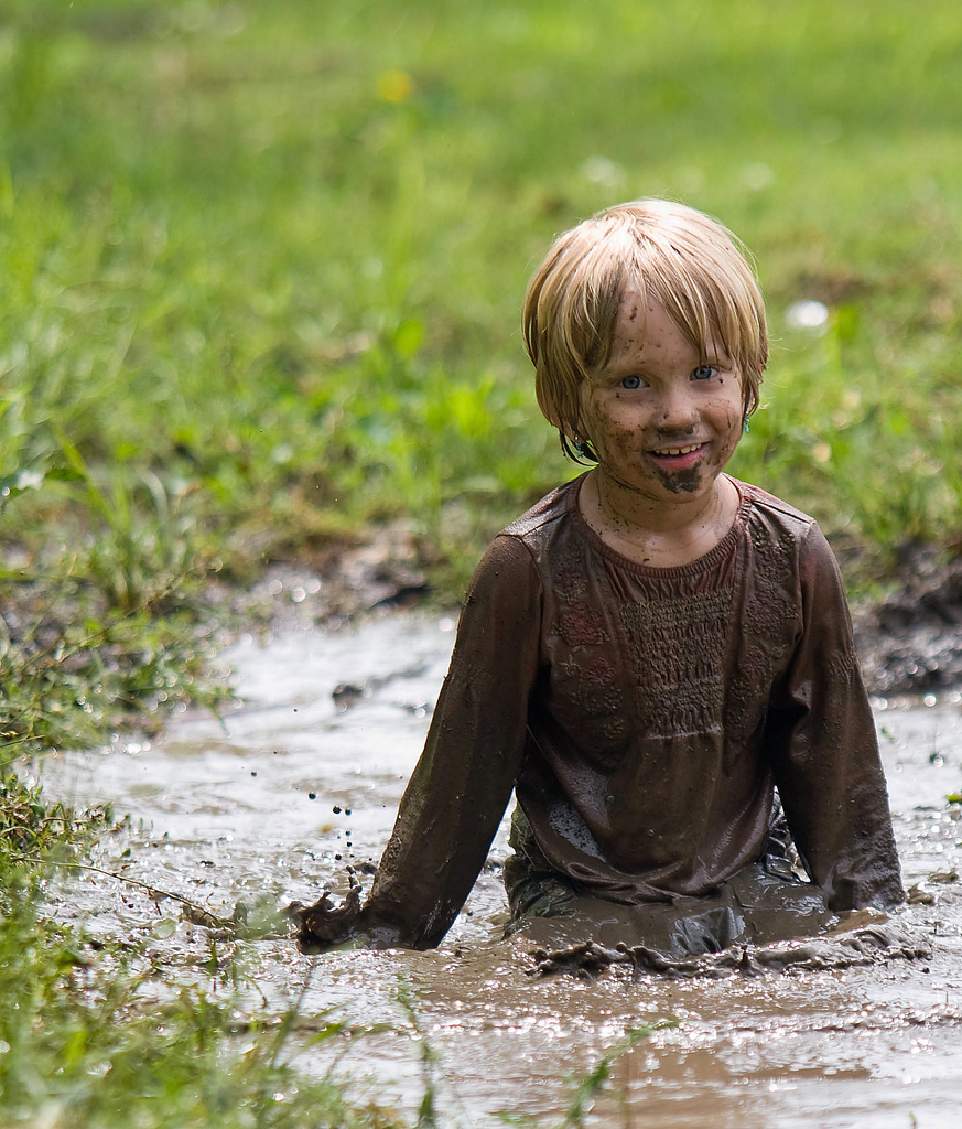 kid playing in mud courtesy of blogspot post