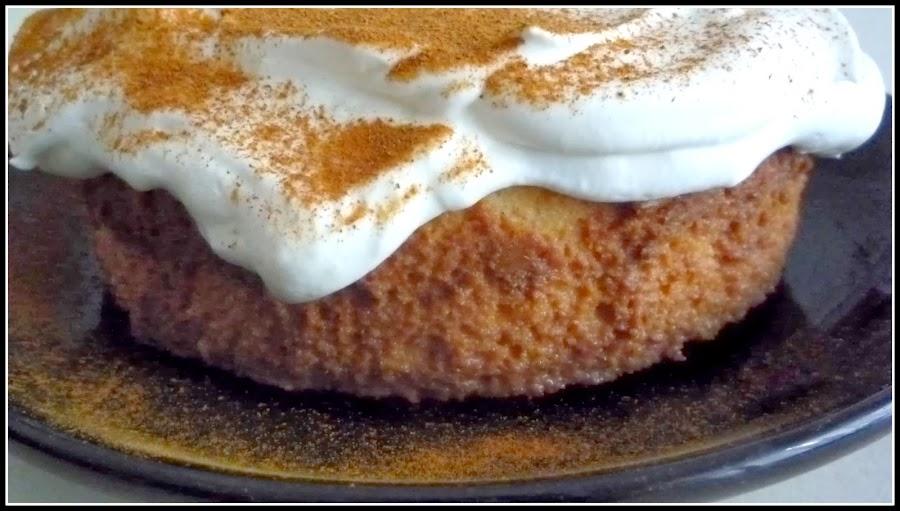 Una versión de tarta tres leches: se cubre de nata montada y canela en lugar de merengue