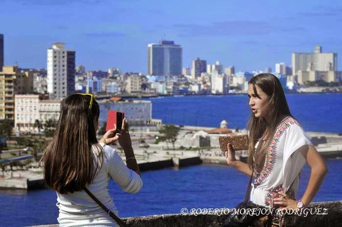 Jóvenes se toman una foto durante su visita a la XXIII Feria Internacional del Libro Cuba 2014, en su sede principal, la Fortaleza San Carlos de la Cabaña, en La Habana, el 16 de febrero de 2014.