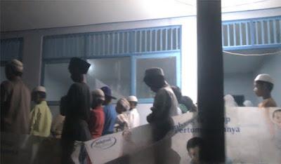 Bantuan Bencana Tidak Jelas Arahnya, Warga Lolo Gedang Kerinci Terpaksa Shalat Berjamaah di Sekolah