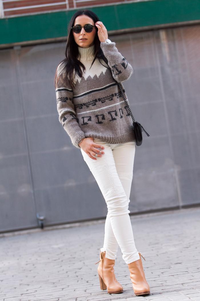 Jersey de lana con dibujos y cenefa marrón y crema de Zara y botines de cuero color rosa