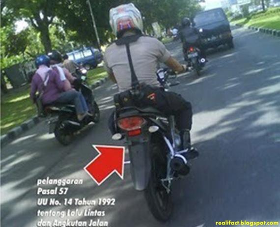polisi tidak memakai plat no kendaraan di motornya-1