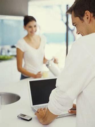 لا تدعي الفيس بوك يؤذي ويهدم زواجك  - رجل يخون زوجته على الفيس بوك الانترنت - man cheating woman facebook