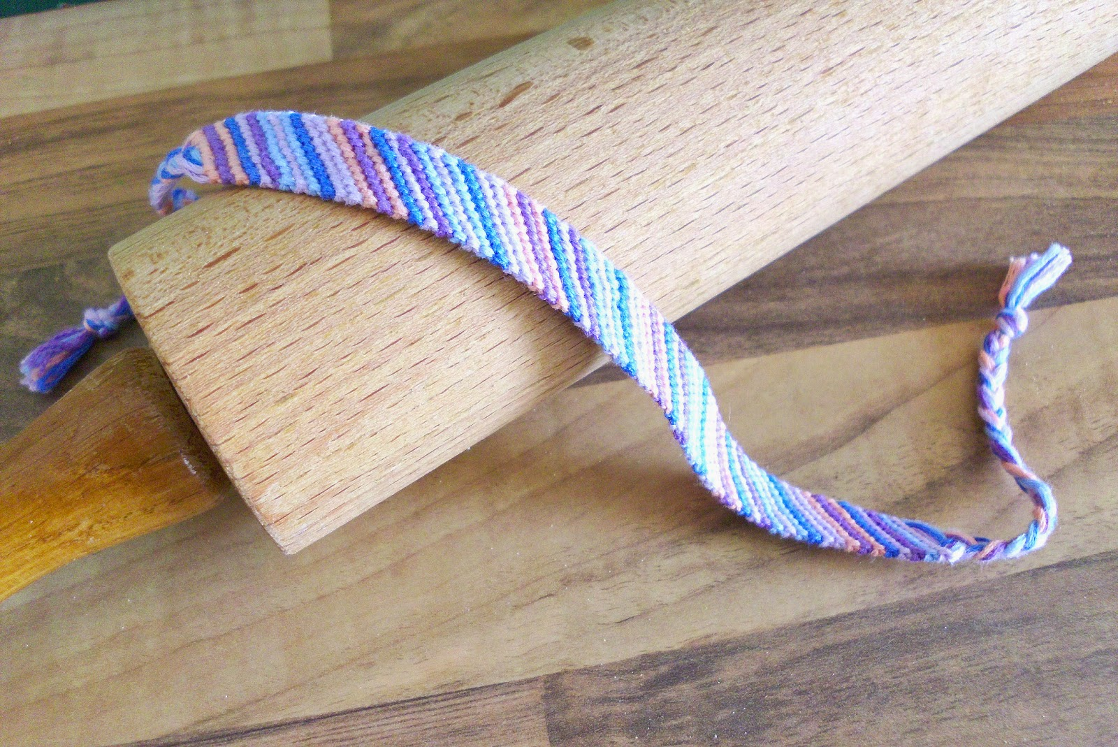 curious and catcat friendship bracelets part 1 backward knot and striped bracelet. Black Bedroom Furniture Sets. Home Design Ideas