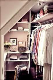 Poner un vestido aprovechando el hueco de la escalera