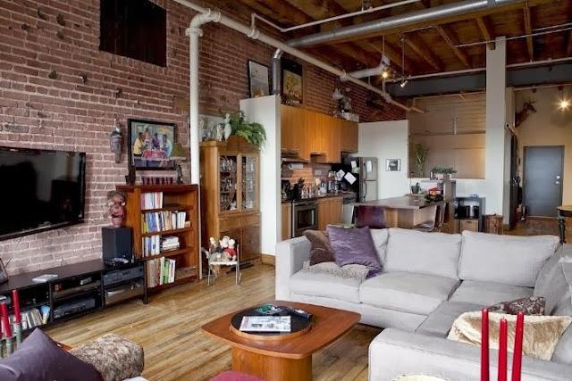 Cegła we wnętrza loftu i sufit z drewna ocieplający surowy klimat aranżacji