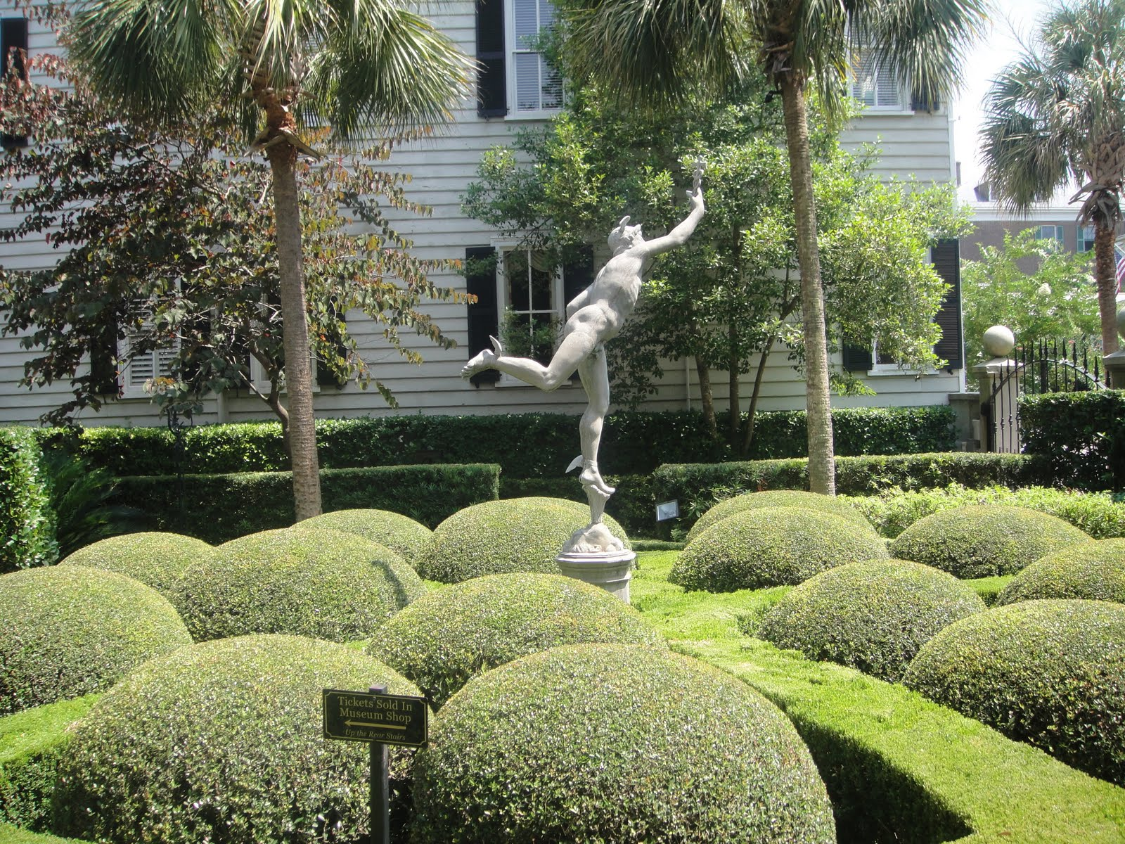 GardenEnvy Calhoun Mansion Garden Is A Gem