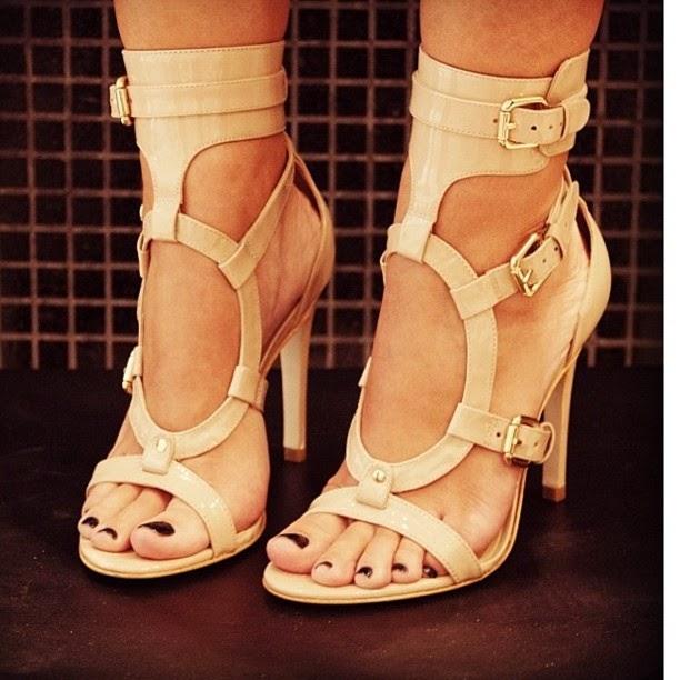 sandália com tornozeleira marrom.