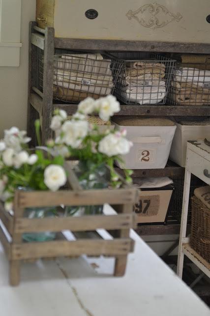 Pojemniki ozdobione cyfami, drewniana skrzynka z kwiatami