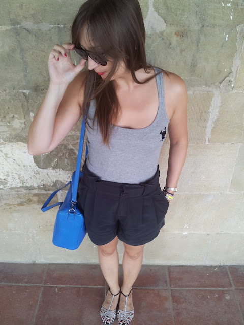 Outfit bermuda de hym, camiseta de carita bonita, bolso de veloz