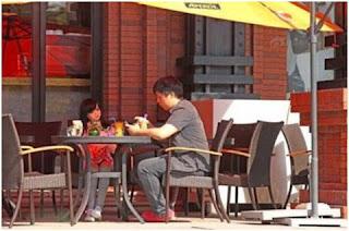Karena Sakit Keras, Pria Cina Ini Angkat Boneka Jadi Anak