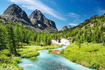 Río de agua azul que nace de los manantiales en las montañas nevadas - Unforgettable landscapes