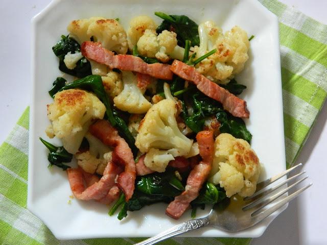 Salata calda cu conopida ,spanac si kaiser
