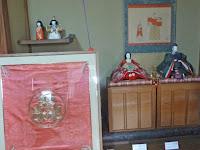 皇太后が幼い頃、お召しになっていた緋色の袴(はかま)のふくさ。