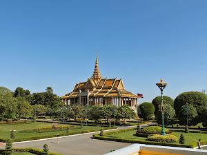 Jardines del Palacio Real y la Pagoda de Plata de Phnom Penh (Camboya)