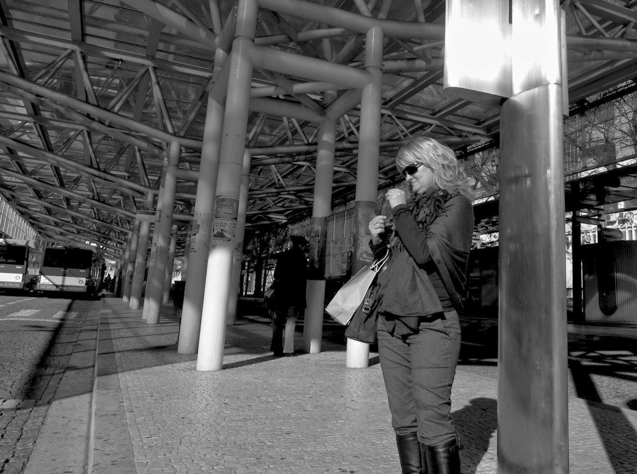 Mulher espera autocarro