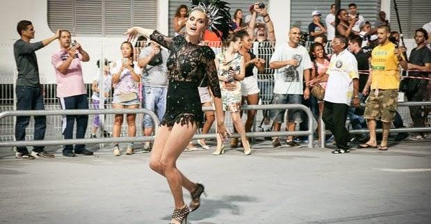A apresentadora Ana Hickmann foi a grande estrela do ensaio da escola de samba paulistana Vai-Va