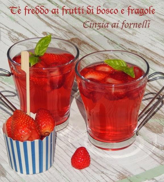tè freddo alle fragole e frutti di bosco