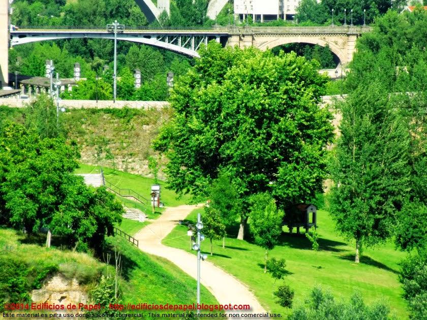 Vistas del puente Nuevo y jardines a la orilla del Miño, en Ourense