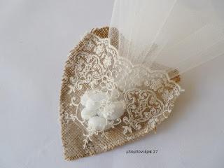 μπομπονιερα γαμου ρομαντικη καρδια με λινατσα και δαντελα
