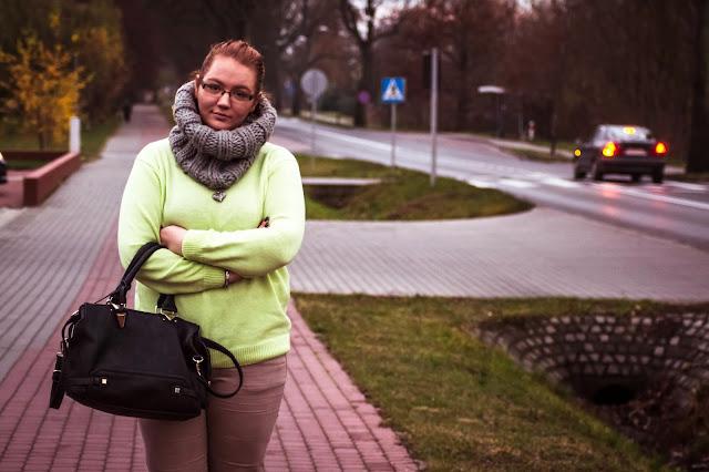 Neonowy sweterek jesienną porą..