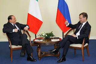 Berlusconi emballe Dmitry Medvedev avec ses bonnes blagues