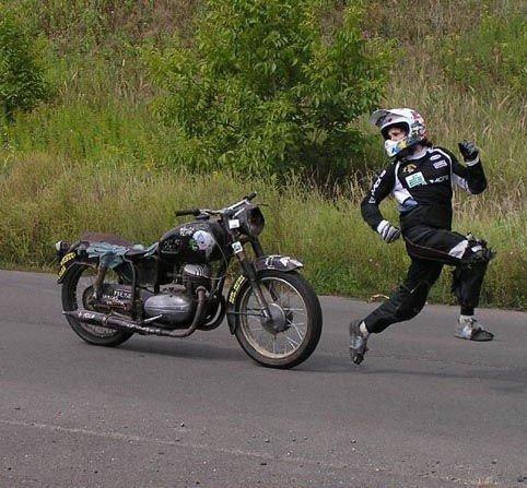 Gambar Pembalap Lucu Dikejar Motor | Foto dan Gambar Lucu