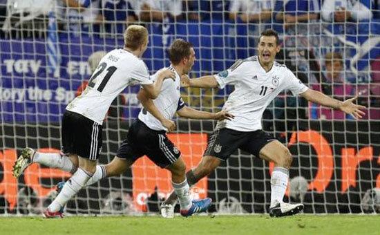 Miroslav-Klose-merayakan-gol-Phillipp-Lahm