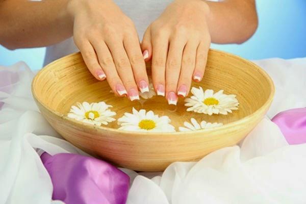 Ngâm nước muối thường xuyên là biện pháp đơn giản và dễ dàng nhất giúp móng tay bạn luôn chắc khỏe