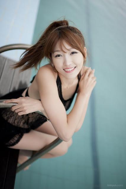 Lee Eun Hye - Black Dress At The Pool