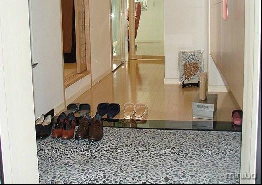 Tirar os sapatos antes de entrar em casa