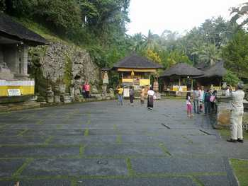 The atmosphere in the court of Goa Gajah (Elephant Cave) is very comfortable, with fresh air, surrounded by large trees and shade