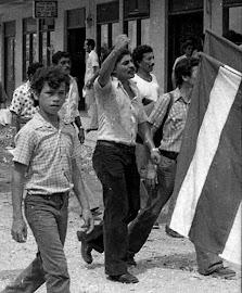 133. RAÚL LOPEZ AVENDAÑO (centro, con mano en alto),