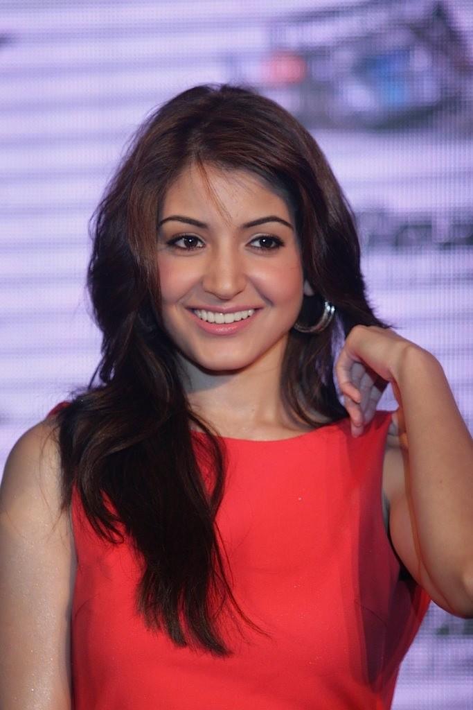 http://1.bp.blogspot.com/-xAGgNu6GDcE/TbvArPsbzpI/AAAAAAAAE08/dH9vpkJP87Y/s1600/Imran-Khan-and-Anushka-Sharma-re-launched-BBC-Top-Gear-Magazine-051.jpg