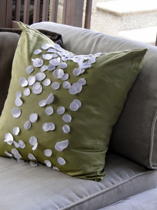http://www.salvagesavvy.com/2011/05/pillow-talk-diy-style.html