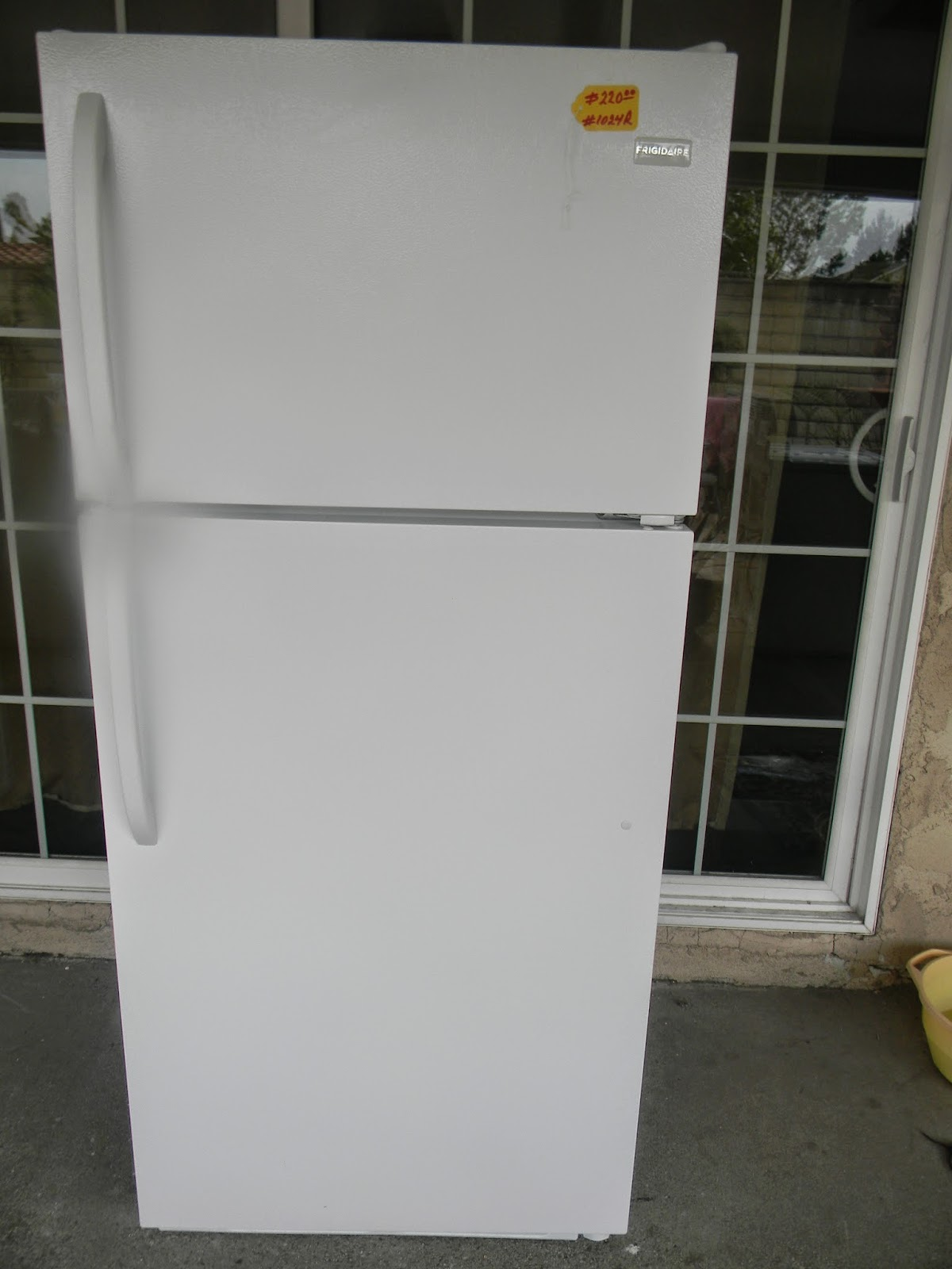 high quality appliance 1024r frigidaire top and bottom in good condition dimensions height 64 12 width 28 12