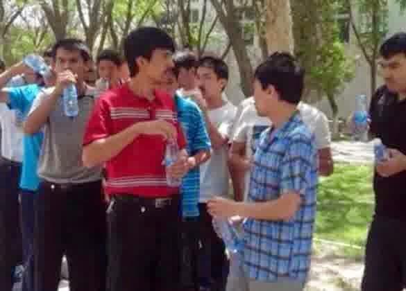 Mahasiswa Muslim Uighur dipaksa makan siang dan diancam akan diusir jika ketahuan berpuasa