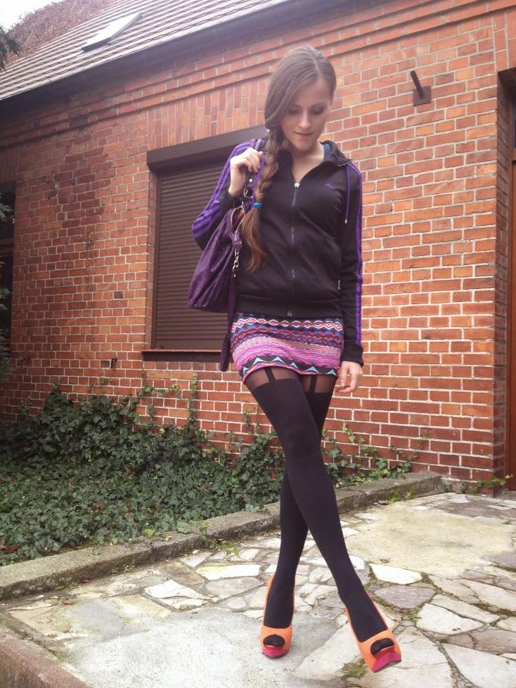 mini i czarne ponczochy