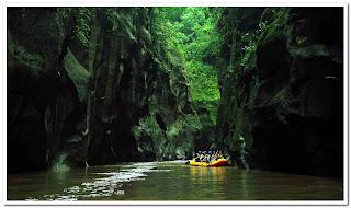 http://www.wisatagunungbromo.com/2013/11/indahnya-rafting-songa-pakalen-di.html