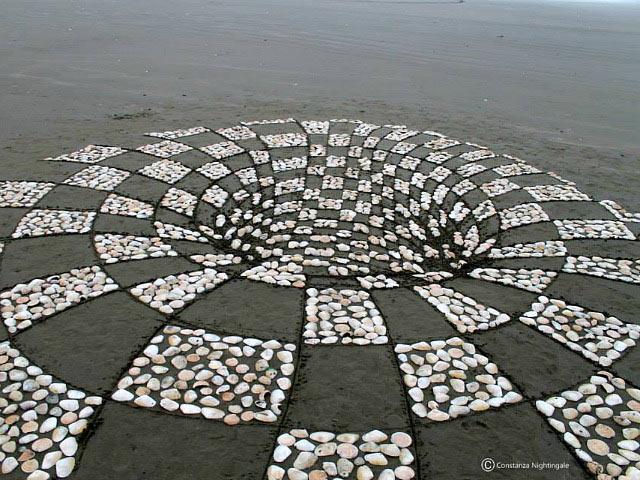 Alucinantes dibujo anamórfico en la arena parece un portal a otra dimensió