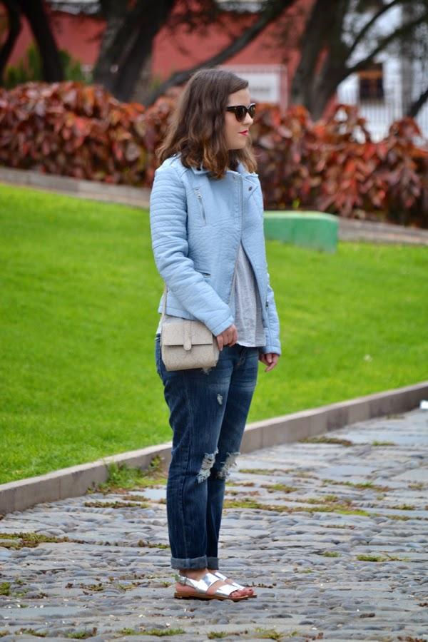 look_outfit_cazadora_azul_bebe_sandalias_plateadas_boyfriend_jeans_lolalolailo_04