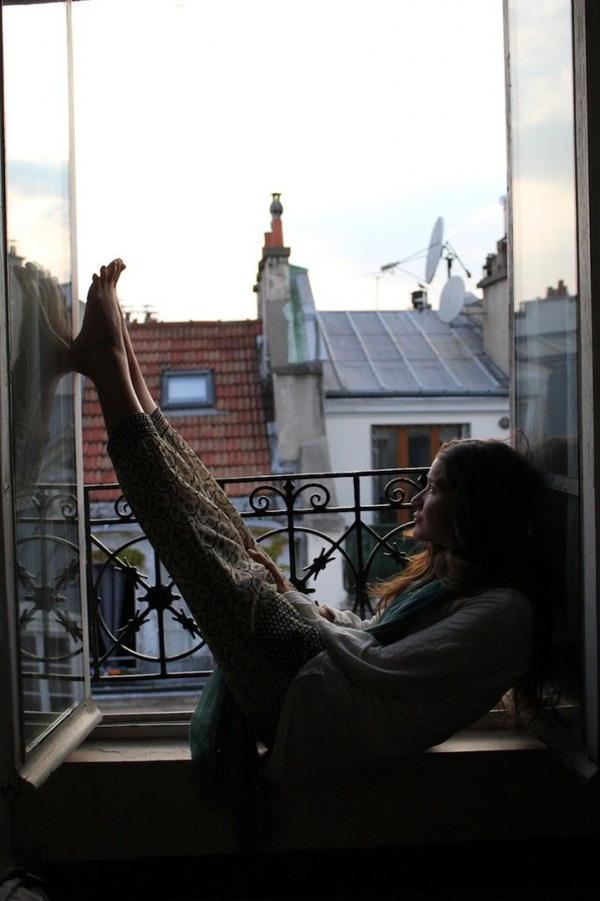 chica sentada en balcon