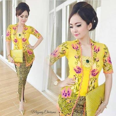 kebaya kuning cantik dengan bross dan rok batik