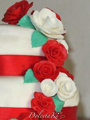 torta nuziale rose rosse e bianche
