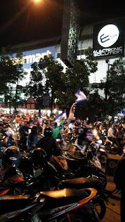 Suasana Bobotoh di depan BIP, Bandung