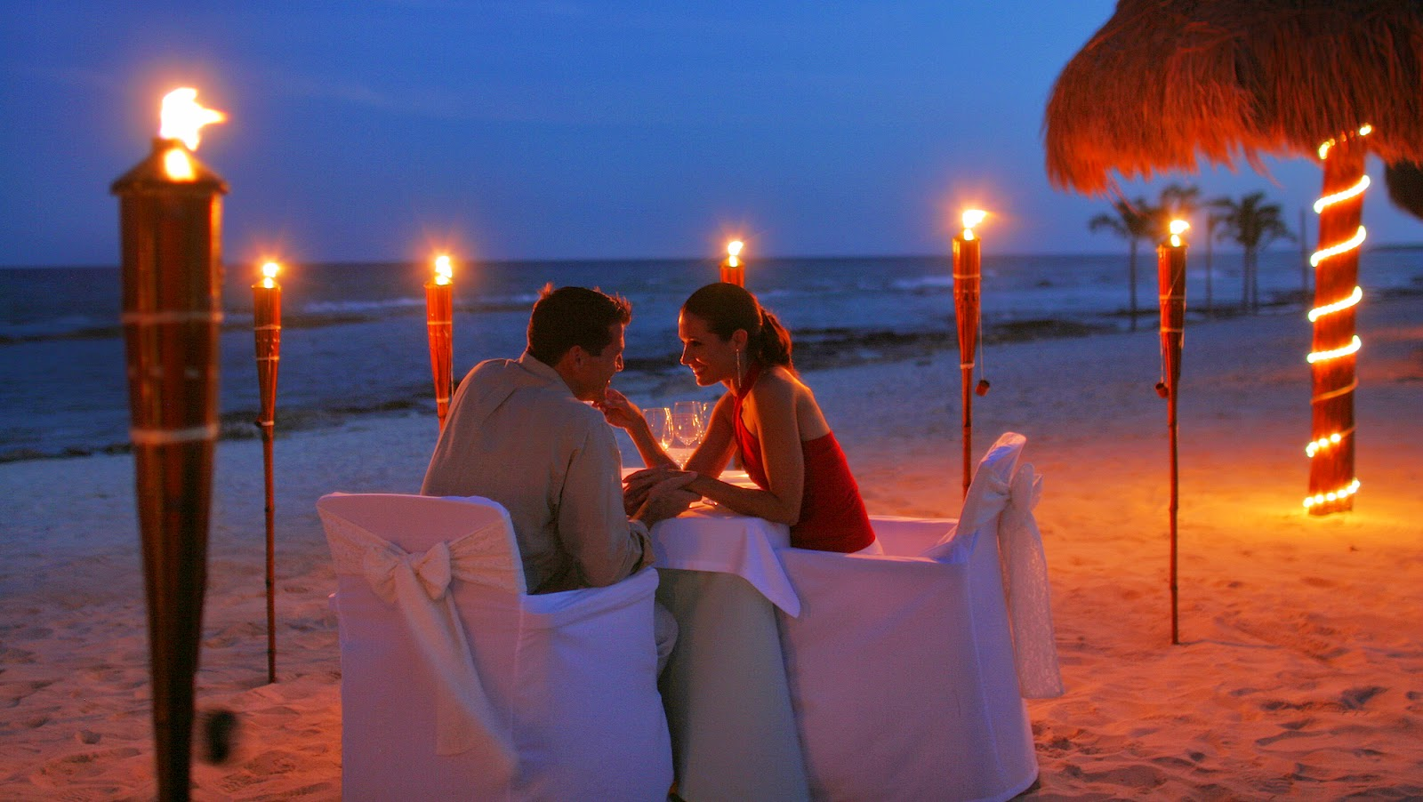 241220142016-couple-dinner-on-the-beach.jpg