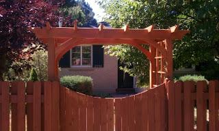 Деревянный забор с аркой. Фото 100