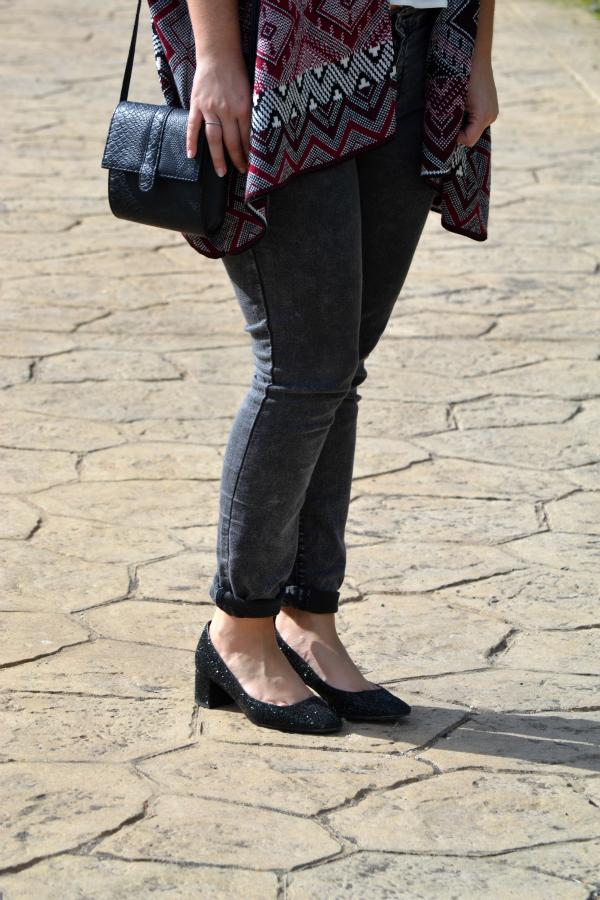 look_outfit_como_combinar_poncho_zapatos_purpurina_lolalolailo_04