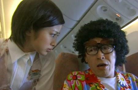 Misaki leans down to speak with Wakamura's father.