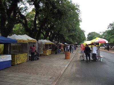 um dia nublado em Porto Alegre, com o Brique da Redenção com pouco movimento